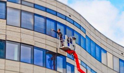 Nettoyage de vitres en hauteur avec nacelle pour bureaux par entreprise de nettoyage à Vienne